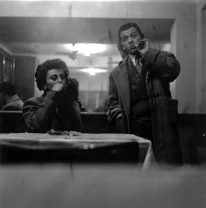 1953 Ugo Mulas: Piero Manzoni fotografato al bar Jamaica a Brera