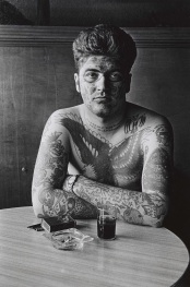 1961. Jack Dracula in un bar, New London, Connecticut. Foto di Diane Arbus