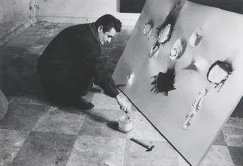 Alberto Burri al lavoro. Fotografia di Ugo Mulas