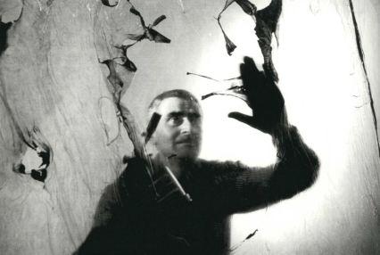 Alberto Burri al lavoro nella sua casa-studio, Grottarossa (Roma), 1963. Fotografia di Ugo Mulas