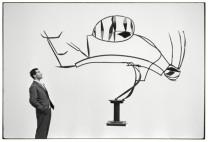 Alik Cavaliere osserva una scultura di David Smith. XXIX Esposizione Biennale Internazionale d'Arte, 1958. © estate Ugo Mulas Tutti i diritti riservati