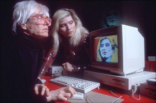 Andy Warhol utilizza un Amiga per creare un ritratto digitale di Debbie Harry (1985)