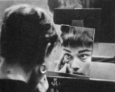 Audrey Hepburn si trucca nel suo camerino, 1954