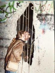 Bacio furtivo attraverso il muro di Berlino