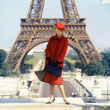 Celia Hammond fotografata da Norman Parkinson davanti alla Torre Eiffel per una pubblicità Wetherall, 1962