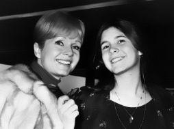 Debbie Reynolds con la figlia Carrie Fisher. 12 febbraio 1972
