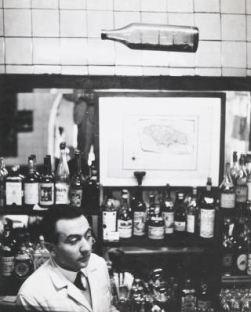 Elio Mainini proprietario del Bar Jamaica Milano , 1954. Fotografia di Ugo Mulas