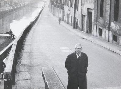 Elio Vittorini lungo il Naviglio , ca. 1960–1969. Fotografia di Ugo Mulas