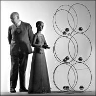 Fausto Melotti (Rovereto 1901-Milano 1986), nel suo studio milanese con due opere, ritratto da Ugo Mulas negli anni 70 (© Eredi Ugo Mulas. Tutti i diritti riservati)