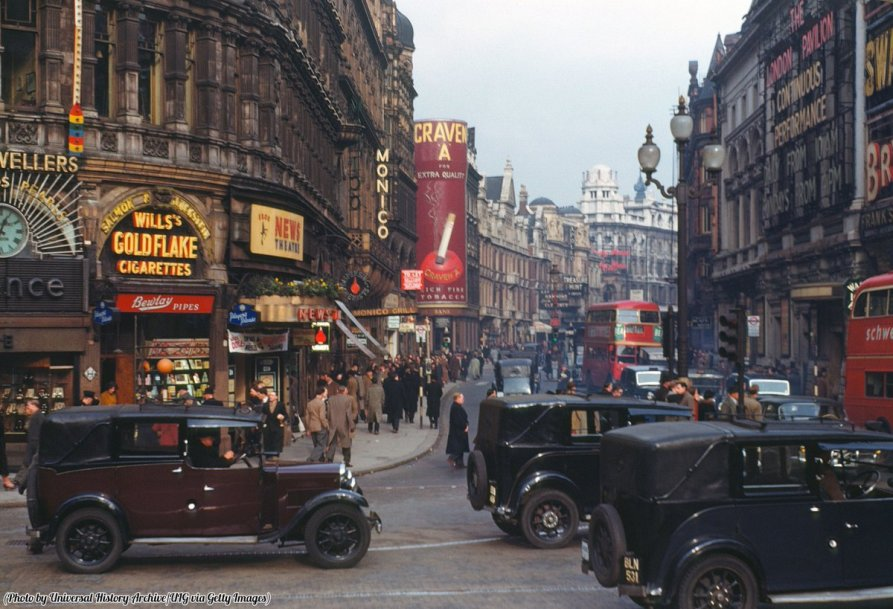 Fotografia a colori di Shaftesbury Avenue da Piccadilly Circus, Londra, 1940