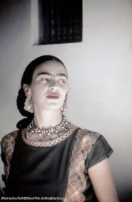 Frida Kahlo posa per un ritratto nella casa-studio che condivide con il marito Diego Rivera, Città del Messico, circa 1940