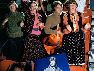 Gruppo di modelli fan di David Bowie al Madison Square Garden, con indosso abiti cuciti da con pattern Butterick, 1974