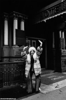 Janis Joplin di fronte al Chelsea Hotel, 1969