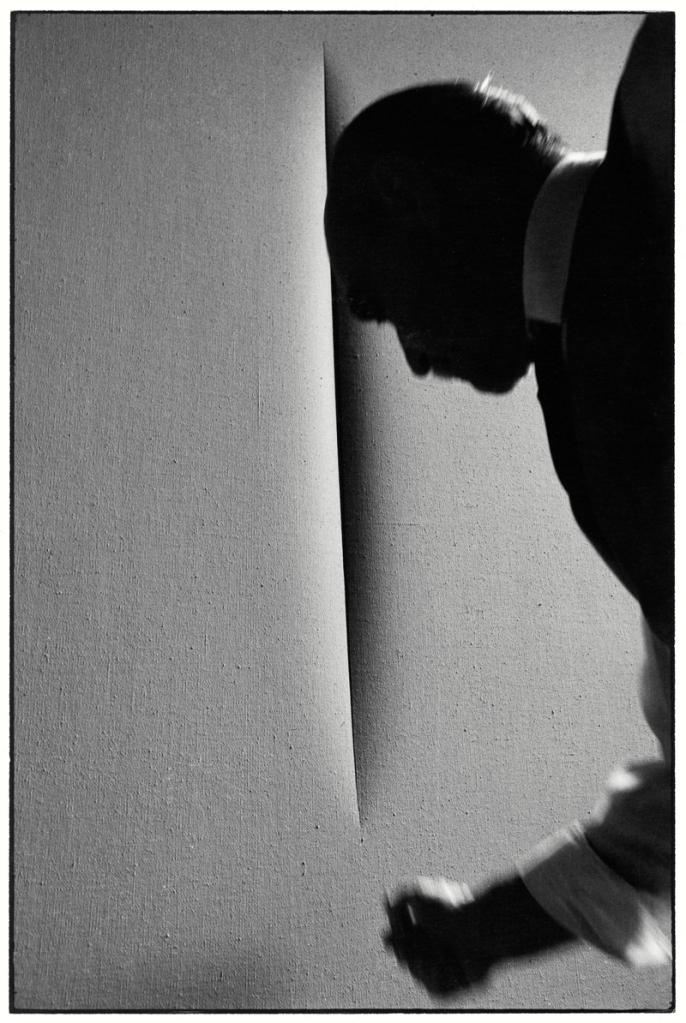 L'attesa: Lucio Fontana fotografato da Ugo Mulas, Milano 1964