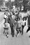 Martin Luther King Jr. scorta un gruppo di bambini alla scuola mista, Mississippi 1966