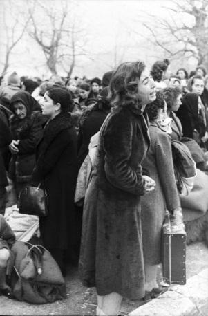 Marzo 1944 Ioannina, Grecia. Fani Haim dice addio ai suoi familiari che vengono deportati al campo di sterminio di Auschwitz-Birkenau attraverso la città di Larissa. Fani sopravvisse a Auschwitz-Birkenau