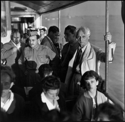 Max Ernst sul vaporetto, Venezia, 1954. Fotografia di Ugo Mulas