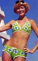Modella che veste un bikini all'uncinetto, 1971