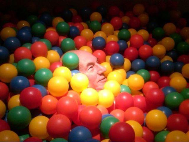 Patrick Stewart in una fossa di palline