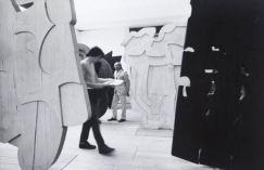 Pietro Consagra al centro dei suoi frontali in legno , 1960. Fotografia di ugo Mulas