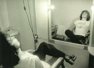 Tim Curry si prende una pausa sul set di The Rocky Horror Picture Show (1975)