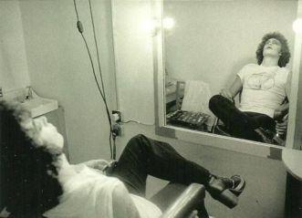 Tim Curry si prende una pausa sul set di The Rocky Horror Picture Show (1975)