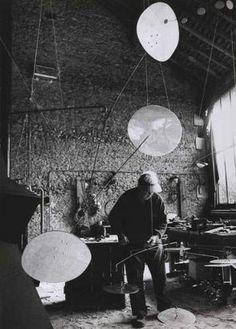 Ugo Mulas (1928-1973) Alexander Calder dans son atelier de Saché