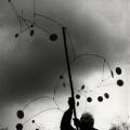 Ugo Mulas – Alexander Calder con Snow Flurry, Saché 1963. Ugo Mulas©Eredi