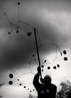 Ugo Mulas - Alexander Calder con Snow Flurry, Saché 1963. Ugo Mulas©Eredi