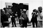 Ugo Mulas – Roy Lichtenstein e Leo Castelli nella sala di Roy Lichtenstein, Venezia, Biennale 1966 – © Eredi Mulas