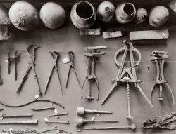 Una serie di antichi strumenti chirurgici romani scoperti a Pompei, in mostra al Museo di Napoli, circa 1910