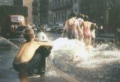 Bambini che giocano in un idrante aperto, New York 1950