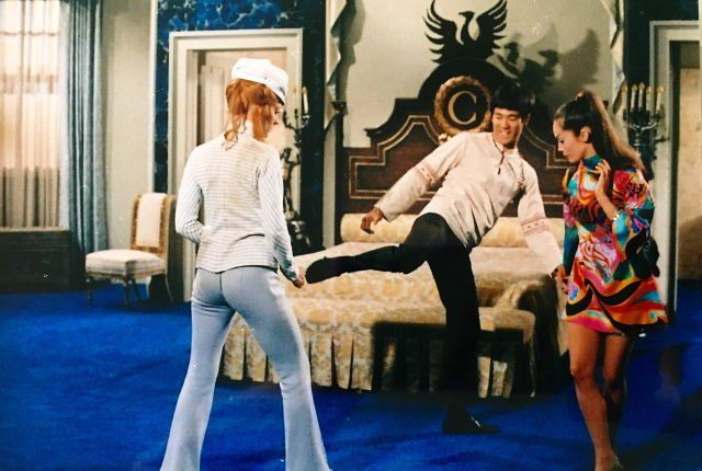 Bruce Lee istruisce Sharon Tate e Nancy Kwan sul set di The Wrecking Crew, 1968