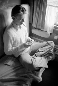 David Bowie su un treno diretto per l'Unione Sovietica, aprile 1976. Fotografia di Andrew Kent