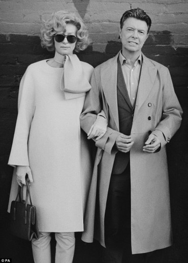 David Bowie travestito da Tilda Swinton, con Tilda Swinton travestita da David Bowie. Foto di Jeff Cronenweth