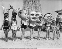 Donne che indossano maschere a Venezia ca.1930