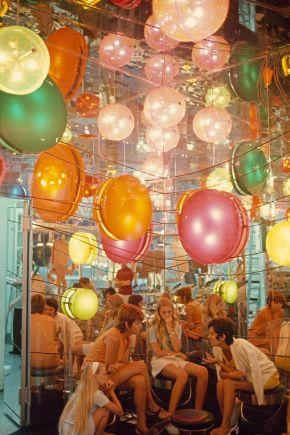 Donne in una boutique chic di Casablanca del 1971