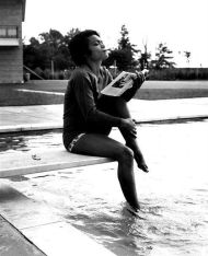 Eartha Kitt in piscina, 1957