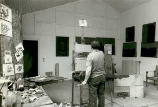 Ennio Morlotti nel suo studio , 1965–1970. Fotografia di Ugo Mulas