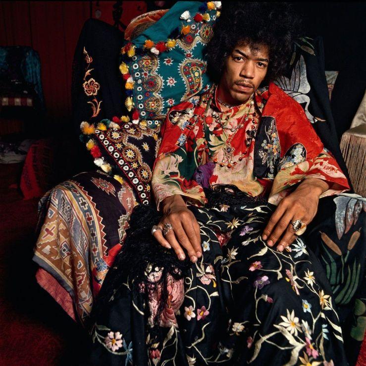 Jimi Hendrix nel suo appartamento di Londra per il Sunday Times, Agosto 1967. Foto di Terence Donovan