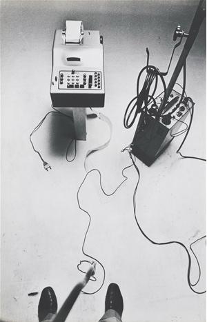 La Macchina Drogata Vincenzo Agnetti , 1969. Fotografia di Ugo Mulas