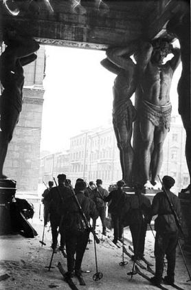 Le truppe sovietiche in sci nel Museo dell'Ermitage durante l'assedio di Leningrado