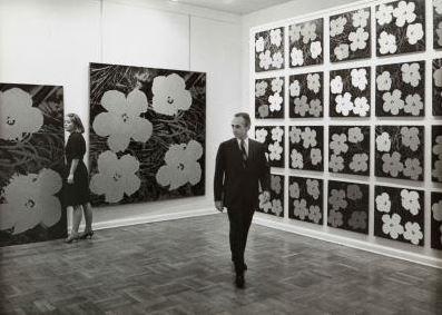 Leo Castelli nella sua galleria di New York con l'esposizione di Andy Warhol , 1964. Fotografia di Ugo Mulas