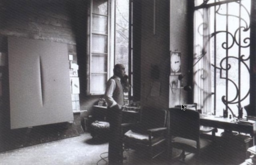 Lucio Fontana dans son atelier au téléphone , 1966–1966. Fotografia di Ugo Mulas