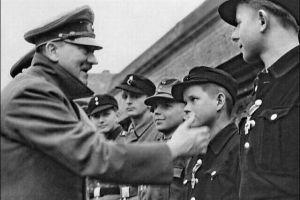 L'ultima foto di Adolf Hitler che dà croci di ferro ai membri della Hitler Youth. Berlino 1945