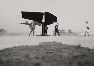 Lynn Chadwick, Due figure alate, Cornigliano, 1962. Fotografia di Ugo Mulas