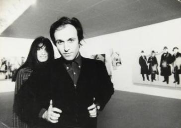 Mario Schifano e A. Carini - personale dell'artista presso la Gall. Marconi - mi in occasione della mostra Futurismo rivisitato, ca. 1966. Fotografia di Ugo Mulas