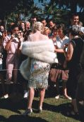 "Marilyn Monroe firma autografi per i fan sul set di ""A qualcuno piace caldo"", 1959. Fotografia di Richard Miller"