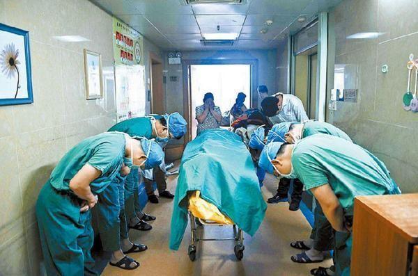 Medici cinesi si inchinano in segno di rispetto verso un ragazzo di 11 anni con cancro al cervello che ha salvato molte vite donando i suoi organi