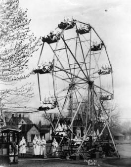 Membri del KKK di Canon City posano su una ruota panoramica. 1926